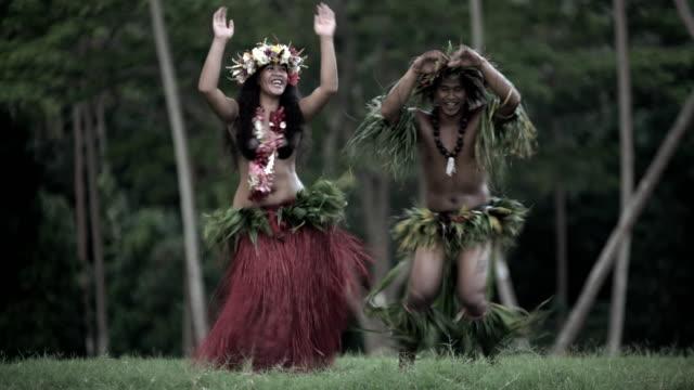 vídeos de stock e filmes b-roll de tahitian hula dancers performing barefoot in traditional costume - dança da guerra