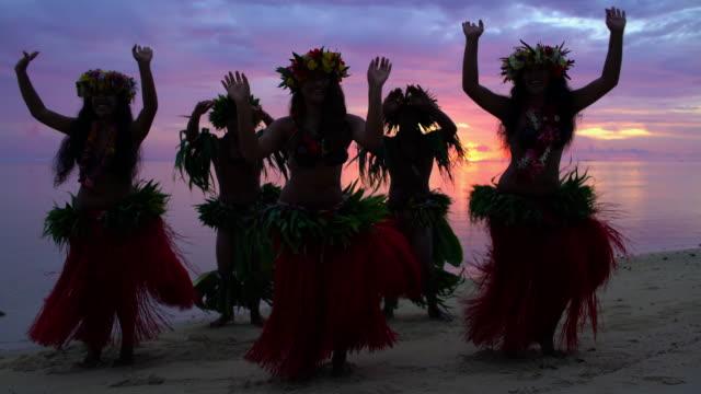 vídeos de stock, filmes e b-roll de tahitian hula dancers performing barefoot on sunset beach - arcaico