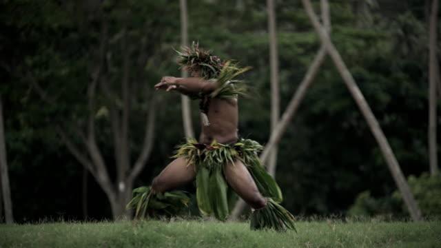 vídeos de stock e filmes b-roll de tahitian male performing war dance in traditional costume - cultura taitiana