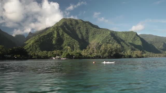 vídeos y material grabado en eventos de stock de tahitian mountains from a boat - territorios franceses de ultramar