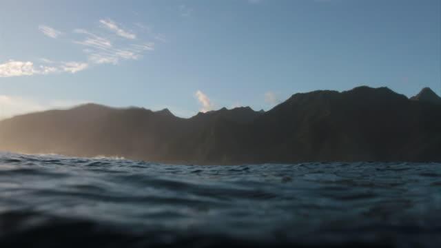vídeos y material grabado en eventos de stock de pov tahitian mountains from the water - territorios franceses de ultramar