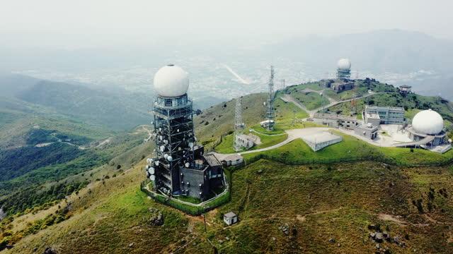 vidéos et rushes de station radar tai mo shan à hong kong - chaîne de montagnes
