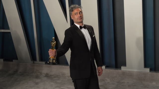 taika waititi at 2020 vanity fair oscar party hosted by radhika jones at wallis annenberg center for the performing arts on february 09, 2020 in... - oscar party stock videos & royalty-free footage