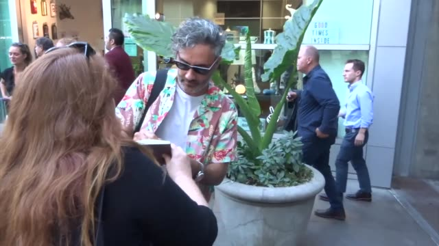 taika waititi signs for fans outside the apocalypse now final cut premiere at arclight cinerama dome in hollywood in celebrity sightings in los... - cinerama dome hollywood stock videos & royalty-free footage