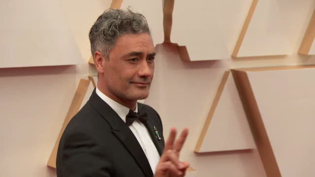 taika waititi walking the red carpet at the 92nd annual academy awards at the dolby theater in los angeles, california. - music or celebrities or fashion or film industry or film premiere or youth culture or novelty item or vacations 個影片檔及 b 捲影像