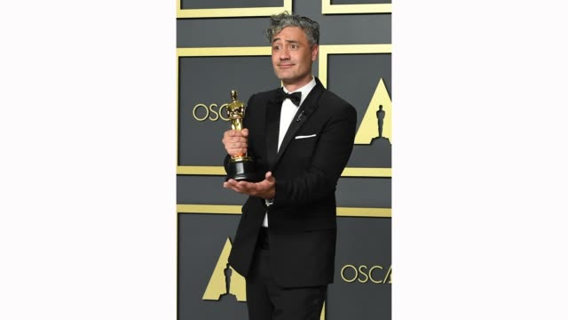 "vidéos et rushes de taika waititi, winner of the adapted screenplay award for ""jojo rabbit ,"" poses in the press room during the 92nd annual academy awards at hollywood... - cérémonie des oscars"