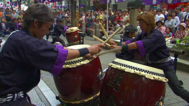 vidéos et rushes de ms taiko drummers performing in street during autumn festival, shibuya, tokyo, japan - cadrage aux genoux