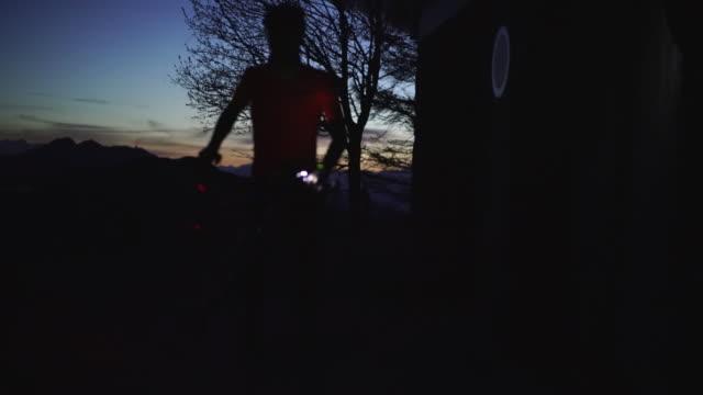 vidéos et rushes de lumière de queue d'un vélo avec le cycliste sur le point d'embarquer - phare arrière de véhicule