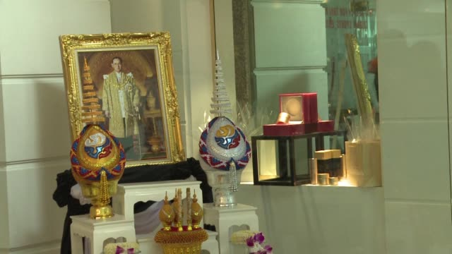 tailandia vivira un duelo de un ano en el que la poblacion vestira de negro en senal de respeto tras la muerte de su rey bhumibol adulyadej a quien... - luto stock videos and b-roll footage
