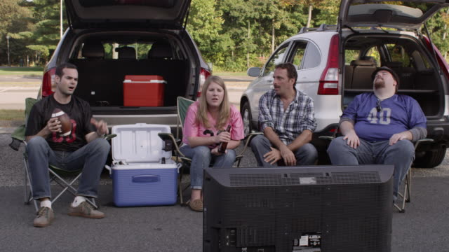 WS Tailgaters watching widescreen television and being disappointed / Valhalla, New York, United States