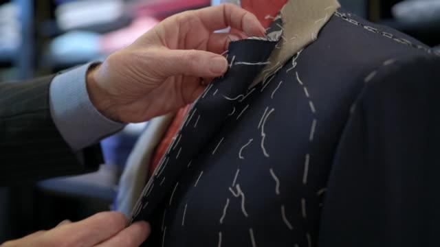 stockvideo's en b-roll-footage met tailor adjusting blazer - blazer