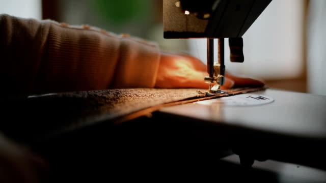 bei der arbeit an der nähmaschine im atelier schneider schneider - nähen stock-videos und b-roll-filmmaterial