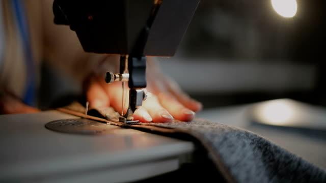 schneider bei der arbeit an der nähmaschine - nähen stock-videos und b-roll-filmmaterial