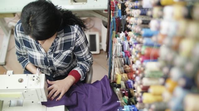 vídeos y material grabado en eventos de stock de adaptar la máquina de coser de trabajo mujer - inmigrante