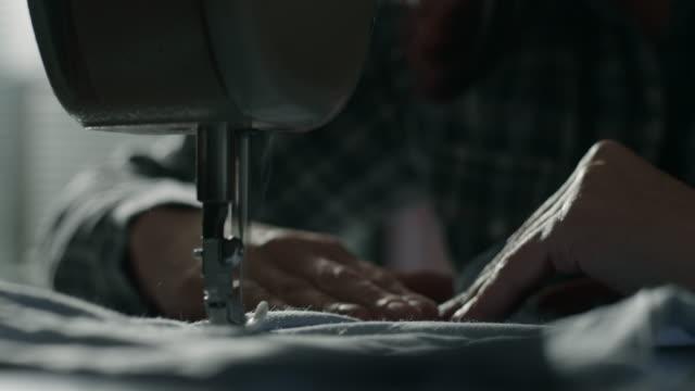 Schneider Arbeiten an der Nähmaschine