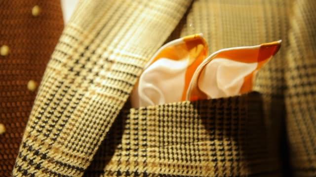 ハンカチでディスプレイにメンズスーツを仕立て - 商品点の映像素材/bロール