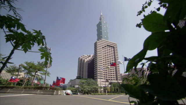 ws ds taipei 101 skyscraper complex and street intersection / taipei, taipei county, taiwan - taipei 101 stock videos & royalty-free footage