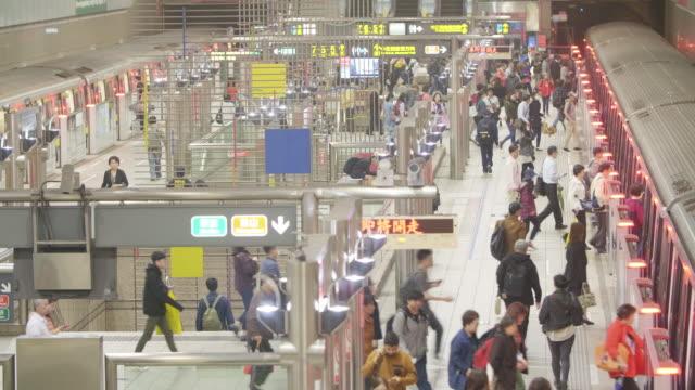 vídeos y material grabado en eventos de stock de taipei concurrida estación de metro - estación de tren