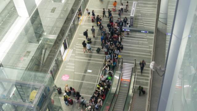 la stazione principale di taipei è in ritardo - pedestrian video stock e b–roll