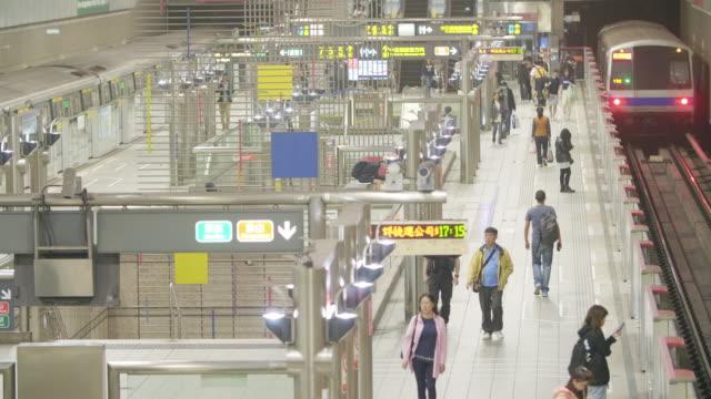 vidéos et rushes de station de métro taipei au centre-ville - mémorial tchang kaï chek