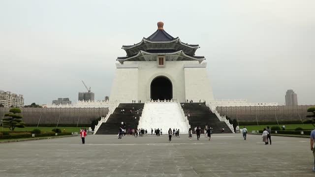 taipei national chiang kai-shek memorial hall daytime scene with crowd of tourists - chiang kaishek memorial hall stock videos & royalty-free footage