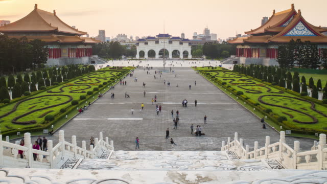 vidéos et rushes de taiwan, taipei, chiang kai-shek memorial, natrional theater and national concert hall - time lapse - taipei