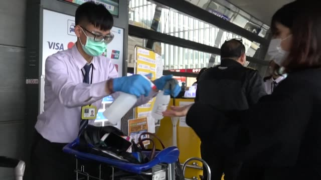 taiwan travellers queue for governmentappointed taxis to take them home to a 14day selfquarantine after arriving at taoyuan airport - taiwan video stock e b–roll