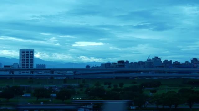台湾都市スカイライン、朝の高速電車から窓から景色 - 台湾点の映像素材/bロール