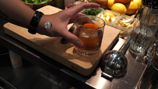 vidéos et rushes de cocktail de maître taïwanais secouant le cocktail. - shaker