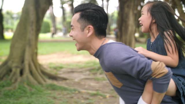 台湾の父親と若い娘ピギーバック - おんぶ点の映像素材/bロール