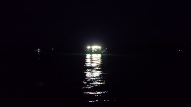 stockvideo's en b-roll-footage met taiwanese vissersboot die bij nacht in open overzees werkt - rondrijden