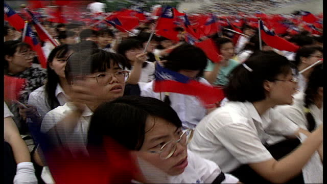 vidéos et rushes de taiwanese student groups protest in liberty square; taiwan: taipei: liberty square: student groups singing parading with banners, seated waving... - taiwan