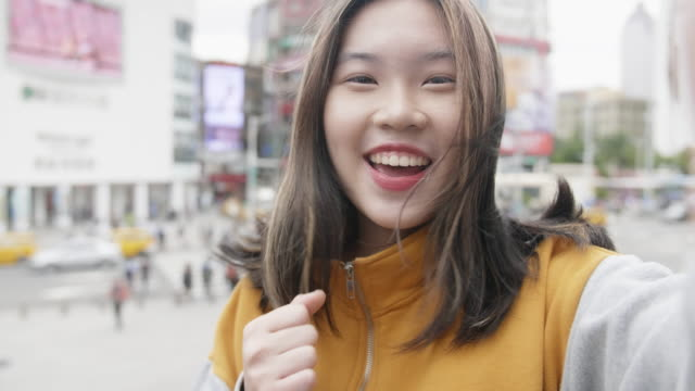 vídeos de stock e filmes b-roll de taiwanese teenage girl sending selfie video message from ximending - temas fotográficos