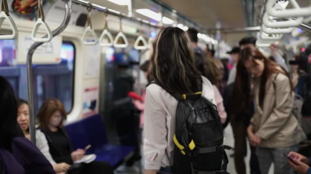 vídeos de stock, filmes e b-roll de mulheres taiwanesas que deixam o trem do metro - passageiro