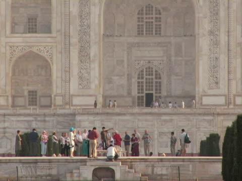vídeos de stock, filmes e b-roll de ms, zo, ws, taj mahal, agra, india - 17th century style
