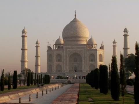 vídeos de stock, filmes e b-roll de ws, taj mahal, agra, india - 17th century style