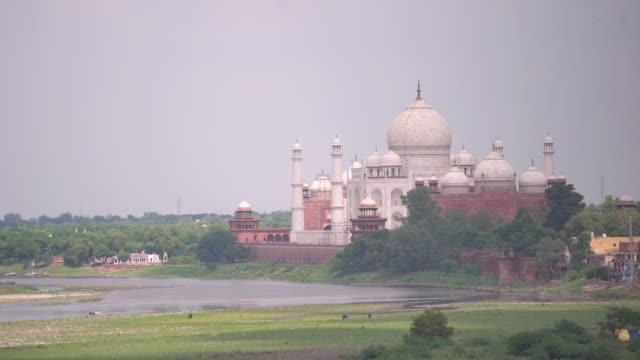 vídeos de stock e filmes b-roll de taj mahal from agra fort,jamuna river, agra, india - taj mahal
