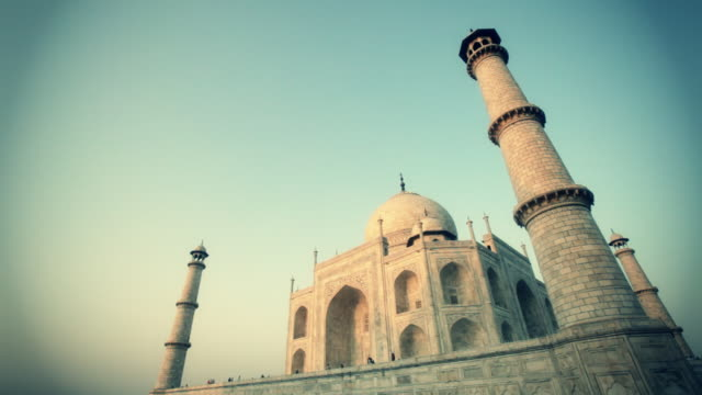 ws la taj mahal under blue sky / agra, india - vignettierung stock-videos und b-roll-filmmaterial