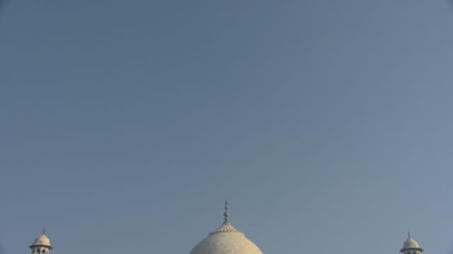 ws td taj mahal under blue sky, agra, uttar pradesh, india - taj mahal stock videos & royalty-free footage