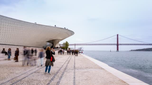 tl ws tajo river promenade at maat museum and ponte 25 de abril lisbon - 4月25日橋点の映像素材/bロール