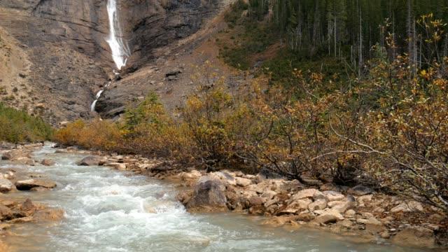 vídeos de stock e filmes b-roll de takakkaw falls, yoho national park , alberta , canada - norte
