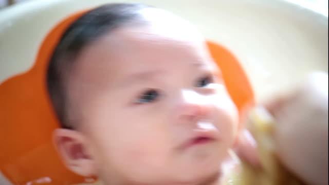 Nehmen Sie ein Bad, asiatische baby Kleinkind