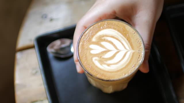 machen sie eine pause mit kaffee, kaffee latte kunst im coffee shop - lebewesen stock-videos und b-roll-filmmaterial