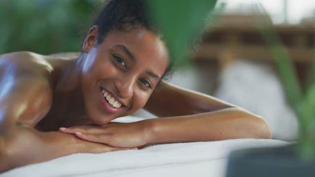 vídeos y material grabado en eventos de stock de tómese un día libre y diríjase directamente al spa - massage table
