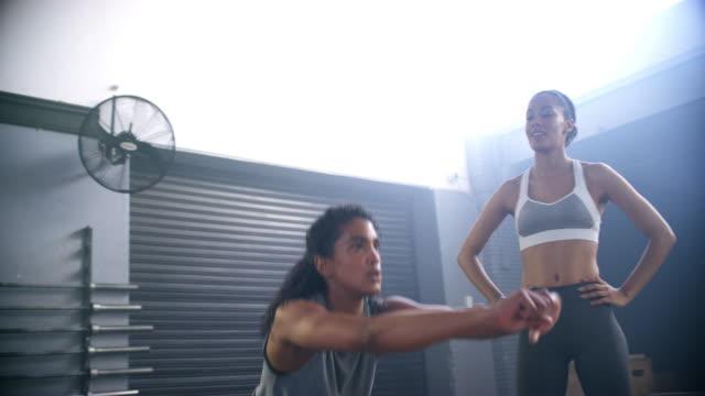 nehmen sie einen freund zu fitness-studio, sie zu motivieren - athlet stock-videos und b-roll-filmmaterial
