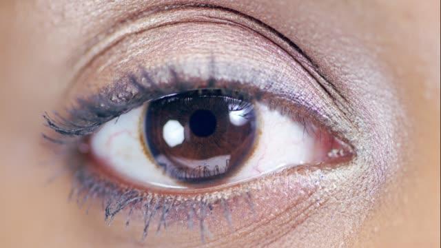 vídeos de stock e filmes b-roll de take a glimpse into her soul - íris olho