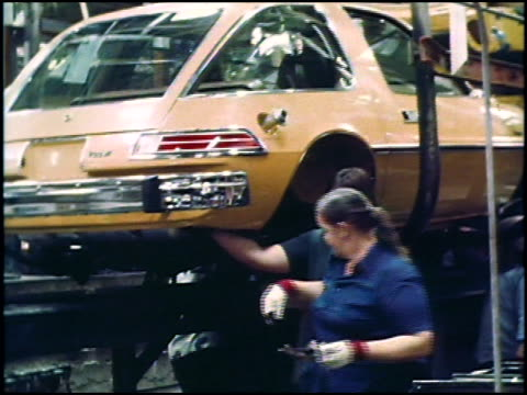 take a rare look at assembly line footage of the 1975 american motors pacer in this montage the third of 4 you'll see factory workers installing the... - stötfångare bildbanksvideor och videomaterial från bakom kulisserna