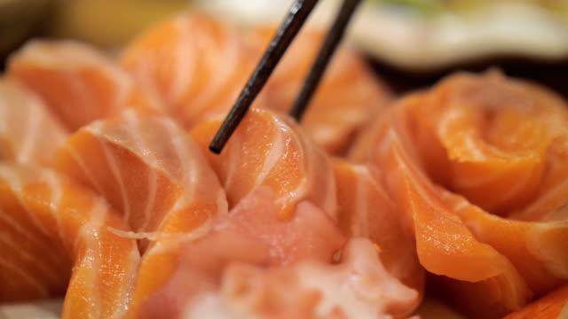 ta en lax sashimi, slow motion - varmrättssås bildbanksvideor och videomaterial från bakom kulisserna