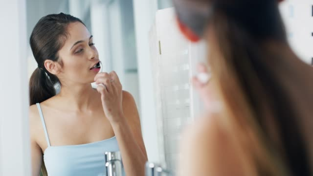 vidéos et rushes de prenez soin de votre beau sourire - salle de bains