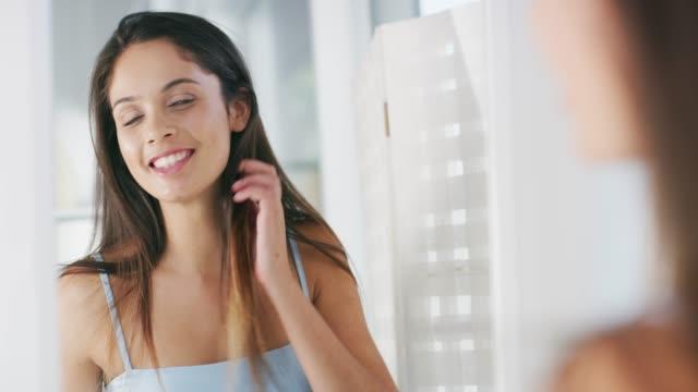 vídeos de stock, filmes e b-roll de cuide da sua pele e verá os resultados - cômodo de casa